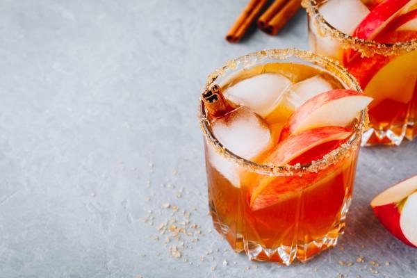 Ein-Cocktail-garniert-mit-Aepfeln-und-Zimt