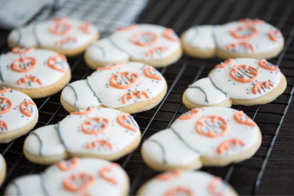 BB-8-Kekse-die-mit-Zuckerguss-glasiert-auf-einem-Rost-liegen