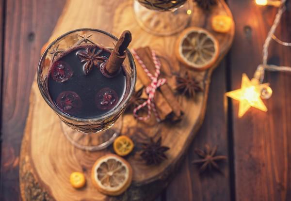 Ein-Glas-Weihnachtspunsch-mit-Orange-Zimt-und-Nelke