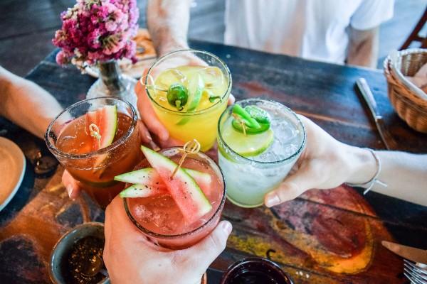 Cocktails-huebsch-dekoriert