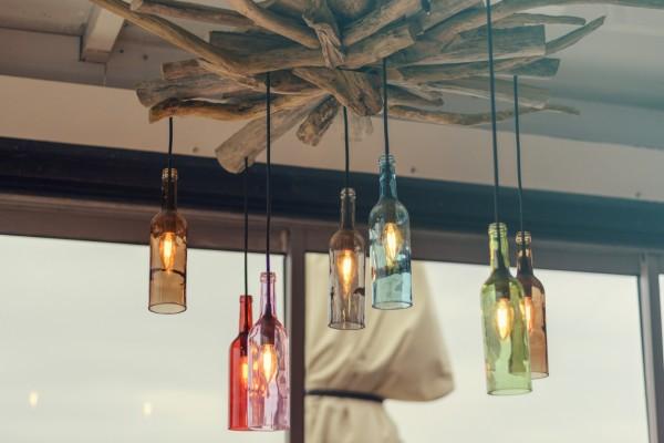 Tolles-Upcycling-Eine-Deckenlampe-aus-alten-buten-Flaschen-erzeugt-ein-schoenes-Licht