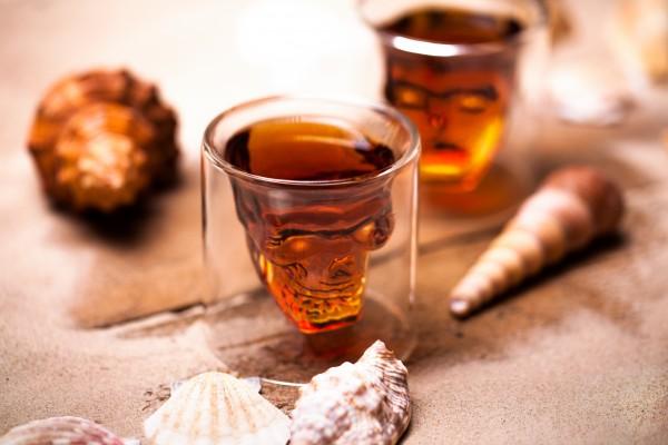 Rum-in-einem-Totenkopf-glas